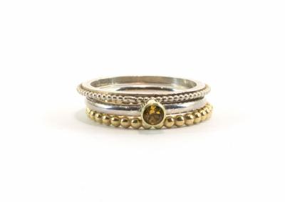 Pareldraadringetje op bandje, een citrien in een 14k gouden zetting op gladde ronde band en een pareldraadring van 14k goud (2mm)