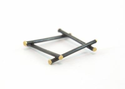 Het model van de zilveren ring is vierkant.Aan de 8 uiteinden is 14k goud gesoldeerd. Het zilver is geoxideerd.
