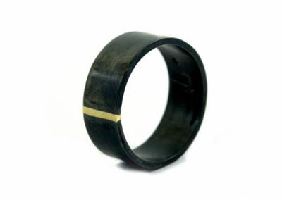 Geoxideerde zilveren ring van 8 mm breed. In het midden een 14k goud detail.