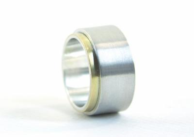 Een brede ring van zilver en goud