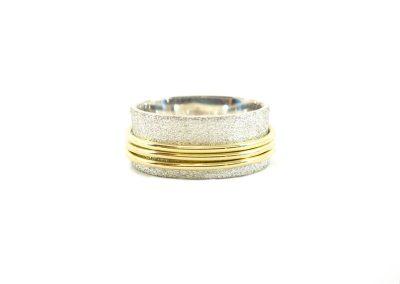 vriendschap. Ring zilver met 3 ringetjes van 14k goud. Afwerking zandgepolijst.